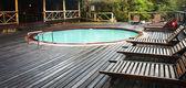 外部的一间小屋带游泳池的一间小屋中 sudwana,南非. — 图库照片