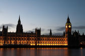 El big ben y la casa del parlamento justo después del atardecer en el río támesis — Foto de Stock