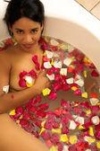 Femme nue dans un bain — Photo
