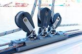 滑轮和绳索在游艇上的特写 — 图库照片