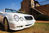 Coches de boda convertible blanco con tapa cinta abajo — Foto de Stock