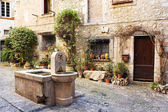 Fresh water fountain in the centre of the quaint little French hilltop village of Saint-Paul de Vence, Southern France, — Stock Photo