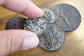 Un hombre que sostiene antiguas monedas antiguas grecorromanas de turquía — Foto de Stock