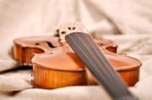 Violin isolated on beige background — Stock Photo