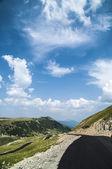 Transalpina carretera de montaña en un día de verano hermoso, rumania, europa — Foto de Stock