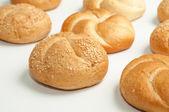 заделывают свежие булочки хлеба с семенами кунжута из духовки — Стоковое фото