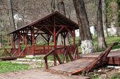 Gazebo de madeira na floresta para relaxar — Foto Stock
