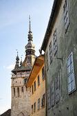 ルーマニアでは、サクソ シギショアラの時計塔の低角度のビュー — ストック写真