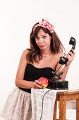Moda mujer joven molesto con un look retro habla en un vintage — Foto de Stock