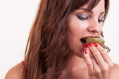 Healthy lifestyle - portrait of young beautiful woman eating a p — Stock Photo