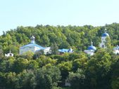 The views of the coast and structure from the Volga River on a calm summer weather in the island Svijazhsk. Taken from the boat. — Stock Photo