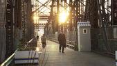 люди, идущие через старый мост в бостоне — Стоковое фото