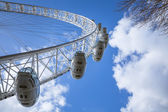 London Eye with blue sky and white clouds — Foto de Stock