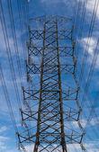 青空の背景を持つ高電圧ポスト — ストック写真