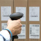 Scannen van het etiket op de vakken met barcodescanner — Stockfoto