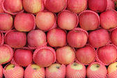 Yummy pile of apples fruit (Malus Domestica), for sale on a mark — Stock Photo