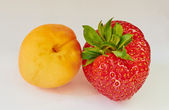 Sweet couple apricot and strawberry macro — Zdjęcie stockowe