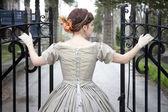 Güzel kadın açılış kapısı — Stok fotoğraf