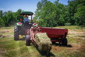 Agricultor fardos de feno' — Fotografia Stock