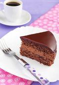 Pastel de chocolate con crema de chocolate cremoso — Foto de Stock