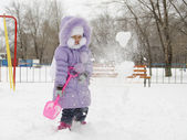 Four-year-old girl threw herself with snow shovels — Stock Photo