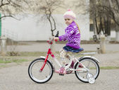 A four year old girl goes on a Bicycle — Стоковое фото