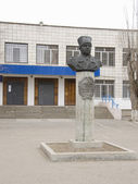 Monument to Fyodor Ivanovich Tolbuhin at the main entrance to the Lyceum 1 (22 school) Krasnoarmeisky district, Volgograd — Stock Photo