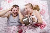 Она проснулась и пугать мальчика в постели, хлопнув крышку на сковороде — Стоковое фото
