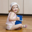 Little girl wash rag floors — Stock Photo