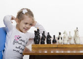 Girl playing chess in a good mood — Foto de Stock