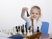 Flicka spela schack på gott humör — Stockfoto