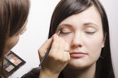 Make-up-Künstler in den Prozess der Make-up-Farben-obere Augenlider-Modell — Stockfoto