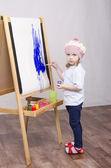 Menina artista pinturas sobre tela — Foto Stock