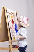 Chica artista pinturas sobre lienzo — Foto de Stock