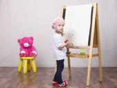 Girl, the artist draws on easel bear — Foto de Stock