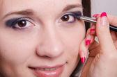 Dziewczyna lubi makijaż artysty pracy — Zdjęcie stockowe