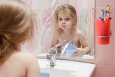 Three year girl to rinse your mouth after brushing teeth — Stock Photo