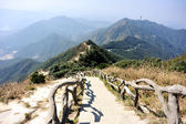 Hiking trail lead to mountain top — Foto Stock