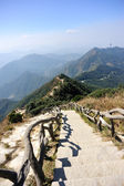 Hiking trail lead to mountain top — 图库照片