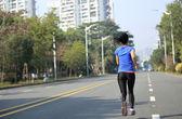 走っている女性 — ストック写真