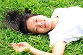 Donna recante in erba — Foto Stock