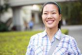 Estudante de mulher na faculdade — Fotografia Stock
