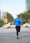 Woman jogging in the  city — Stockfoto