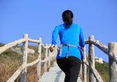 Mujer corriendo en las escaleras — Foto de Stock