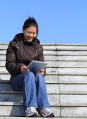 年轻的亚裔女子使用平板电脑 — 图库照片