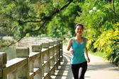 Runner atleet uitgevoerd op tropische park road — Stockfoto