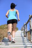 Kobieta działa na schodach — Zdjęcie stockowe