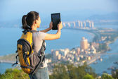 Young asian woman hiker use digital tablet — Stock fotografie