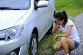 ドライバーは車の問題を持っています。 — ストック写真