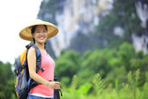 Mujer senderismo — Foto de Stock